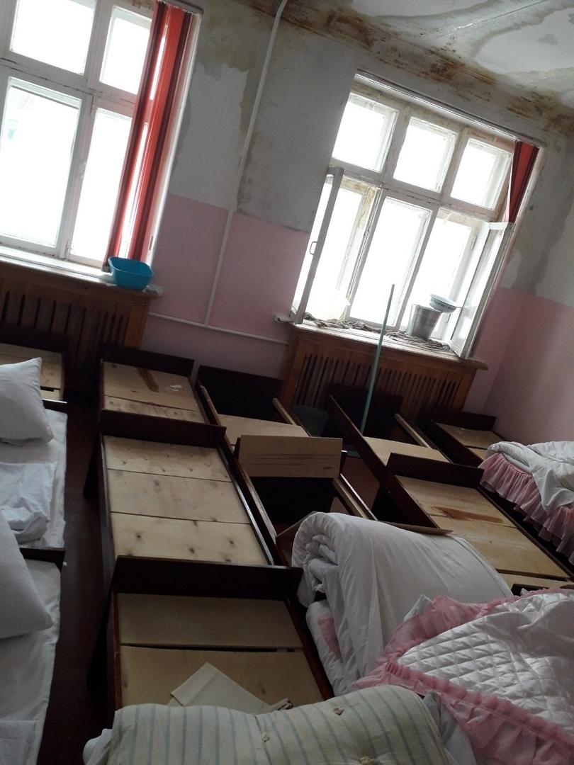 В Камышине родители детсадовцев объявили сбор для массового похода в администрацию из-за протекающей кровли в спальне малышей