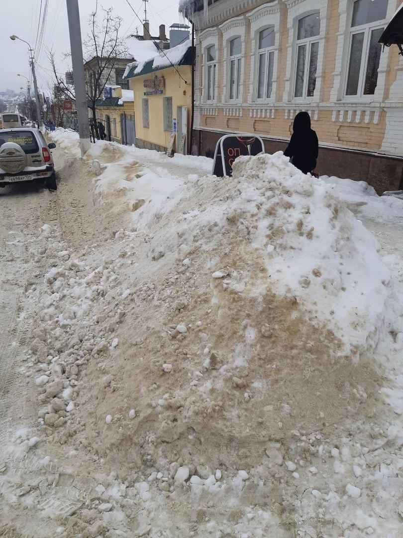 В Камышине заинтересованные фирмы «продают» городской снег на обочинах улицы Пролетарской