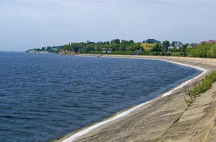 Из чего образовалась белая кромка на бетоне набережной Волги в Камышине