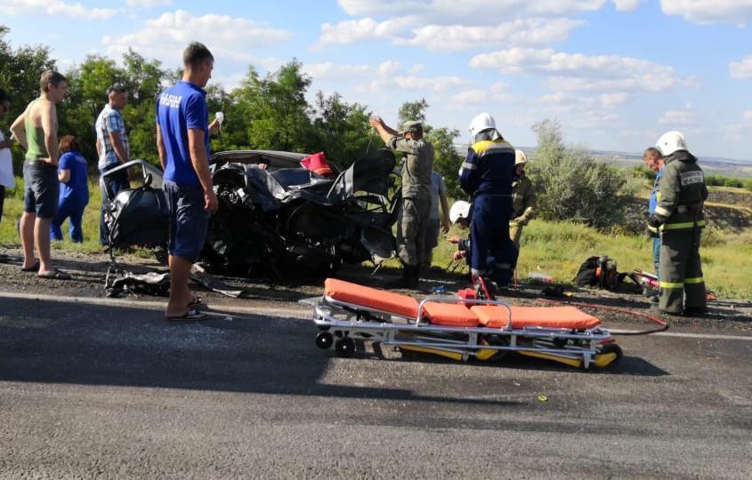 В аварии у стелы «Камышин», попавшей на видео, получили серьезные травмы четверо путешественников