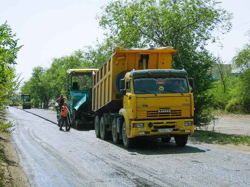 В администрации Камышина спохватились, что наступила вторая половина лета, а дорога на улице Текстильной брошена