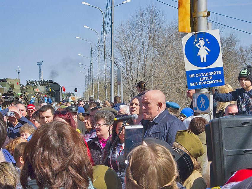 На перрон камышинского железнодорожного вокзала под восторги зрителей прибыл ретропоезд