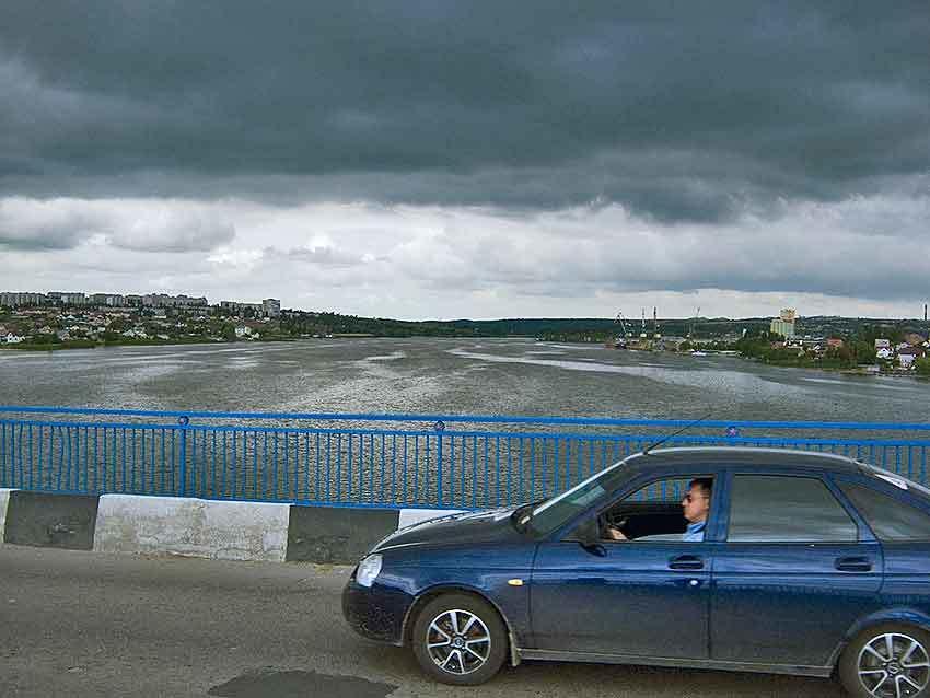 В Камышине с Бородинского моста рухнул в реку мужчина
