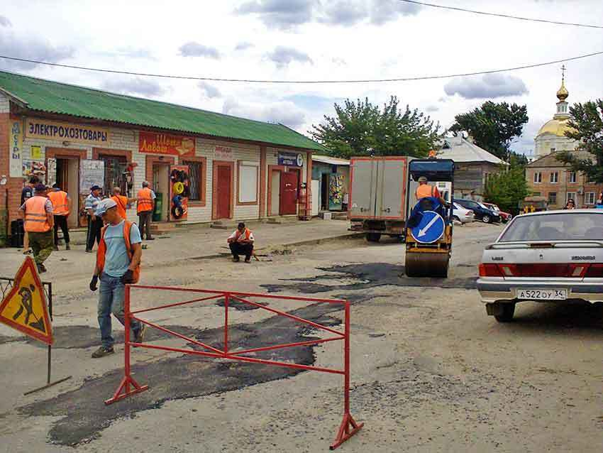 В Камышине дорожники занялись латками в районе центрального рынка