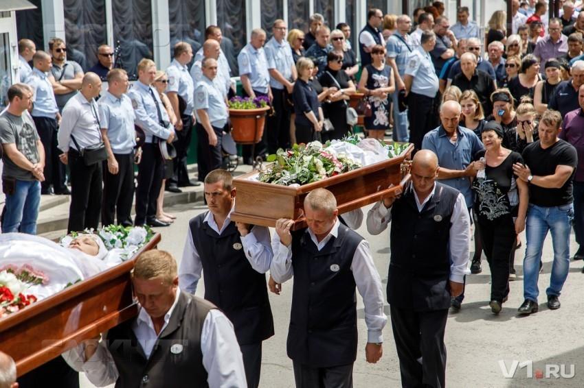 Погибших на катамаране урожденных камышанок, сестер Юлию Сапункову и Елену Кондратенко похоронили рядом