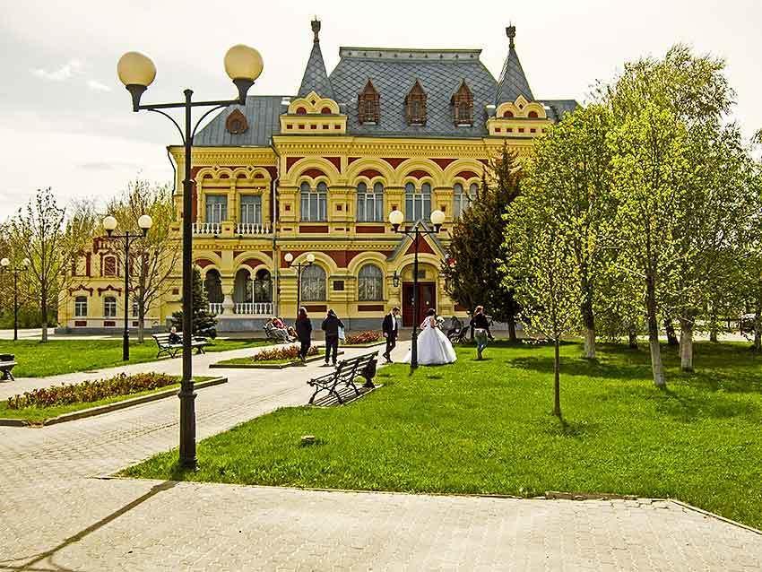 Для сведения камышан обнародовали зарплаты директоров театра, музея, ДК «Текстильщик», библиотек