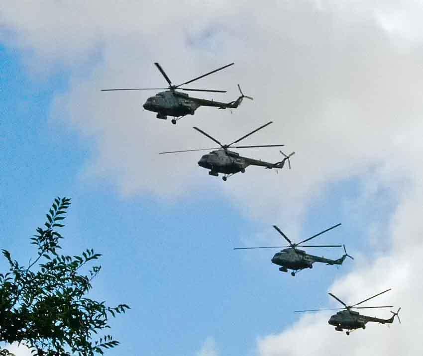Камышане с восторгом проводили взглядами группу вертолетов, державших дистанцию над городом, как на показательных выступлениях