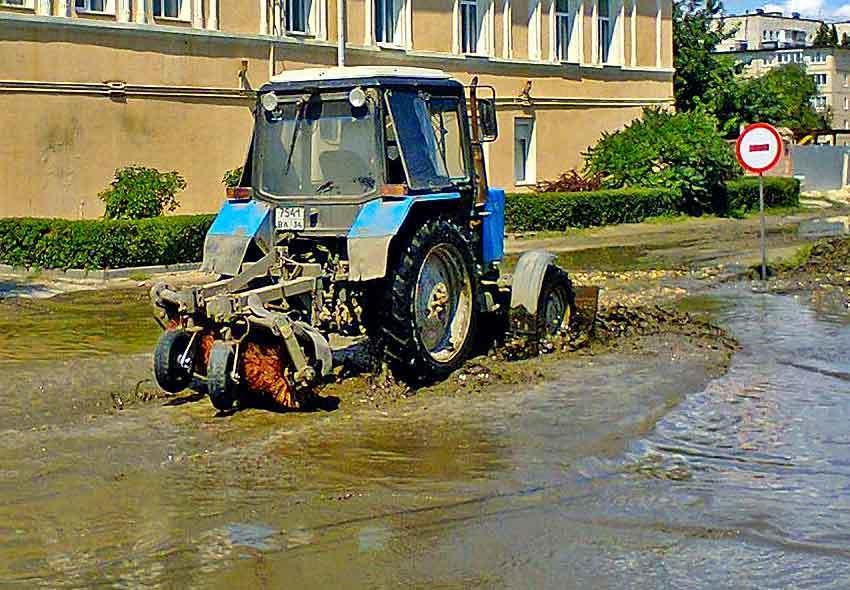 Администрация Камышина направила трактор к управлению Пенсионного фонда «вычерпывать» знаменитую лужу