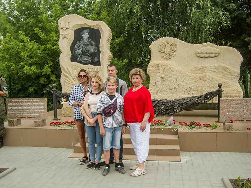 «Рота уходит на небо...» - камышане возложили цветы к памятнику Герою России Александру Колгатину