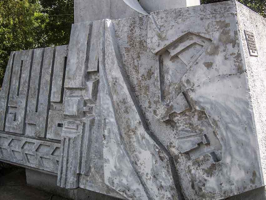 В Камышине памятник комсомольцам-добровольцам в одноименном парке облупился и требует покраски