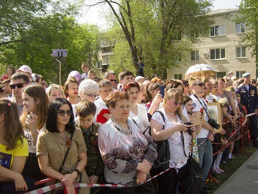 Камышане обращают внимание властей города, что парады на площади Павших борцов смотреть крайне неудобно