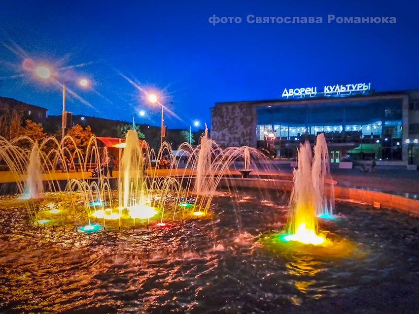 В Камышине по случаю праздника подсветили фонтаны у Дворца культуры «Текстильщик»