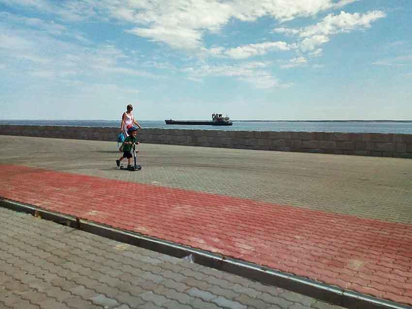 Юные камышане опробуют новое покрытие городской набережной