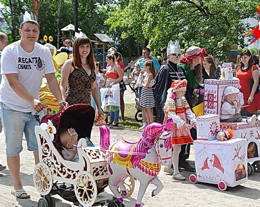 Камышинский парад колясок решил в воскресенье, 16 июня, разгуляться на набережной у музея