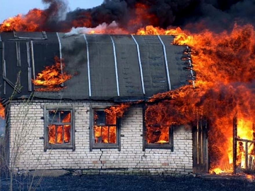В Камышине в СНТ «Животновод» сгорел  кирпичный дом