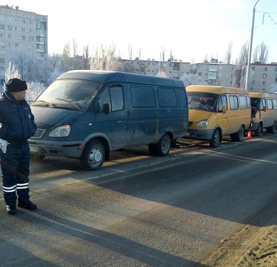 В Камышине на мосту произошла тройная авария с участием маршрутки и еще двух «Газелей»