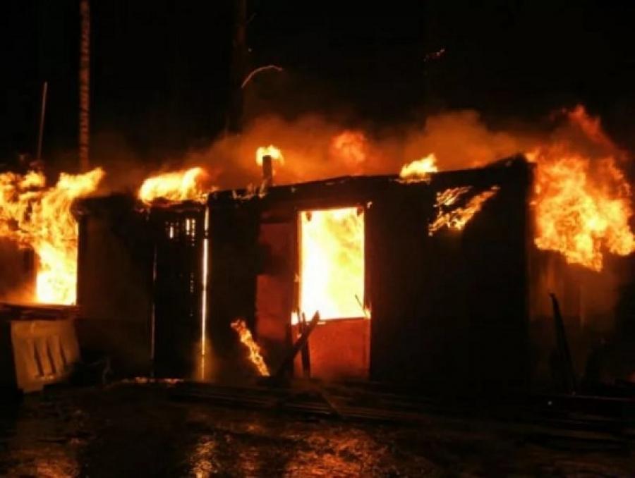 Строительный вагончик сгорел на Осипенко в Камышине