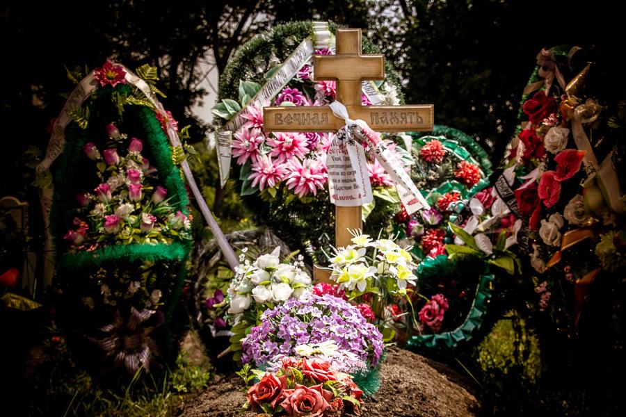 Муж и жена воровали на кладбище венки и перепродавали их жителям