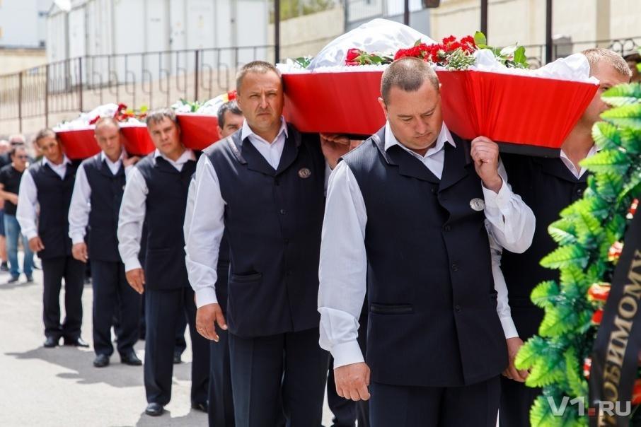 В Волгограде хоронят жертв чудовищной катастрофы на Волге