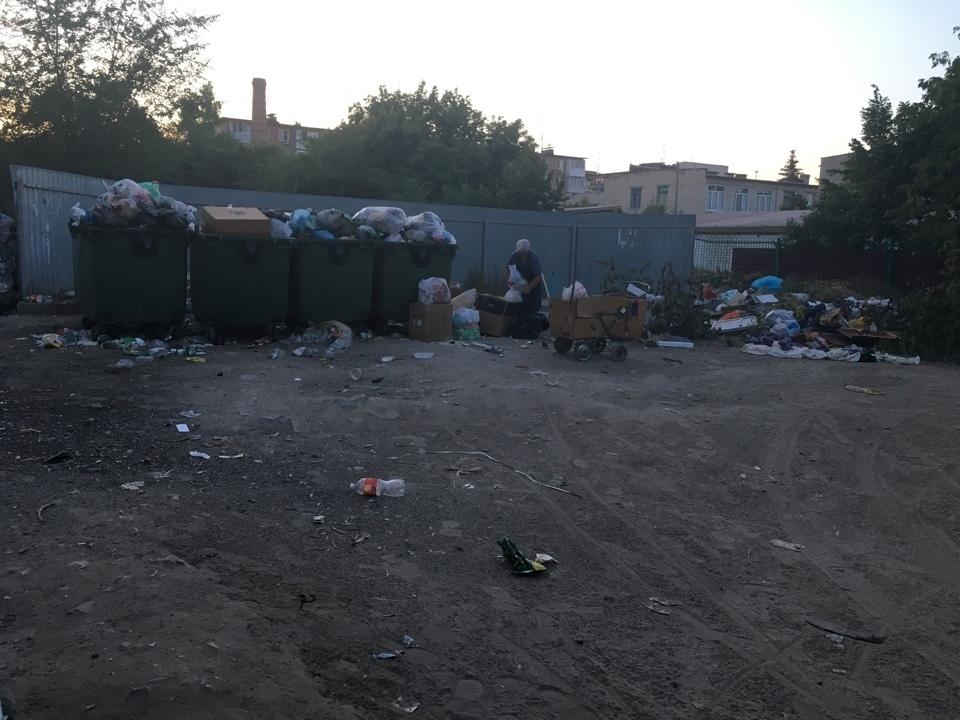 Камышане с улицы Калинина передвигаются мимо мусорных баков, зажав носы платками