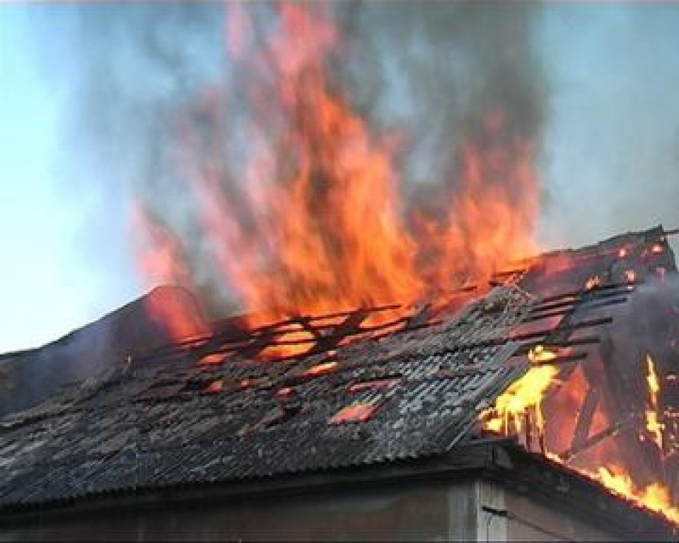 В Камышине в частном доме сгорела крыша