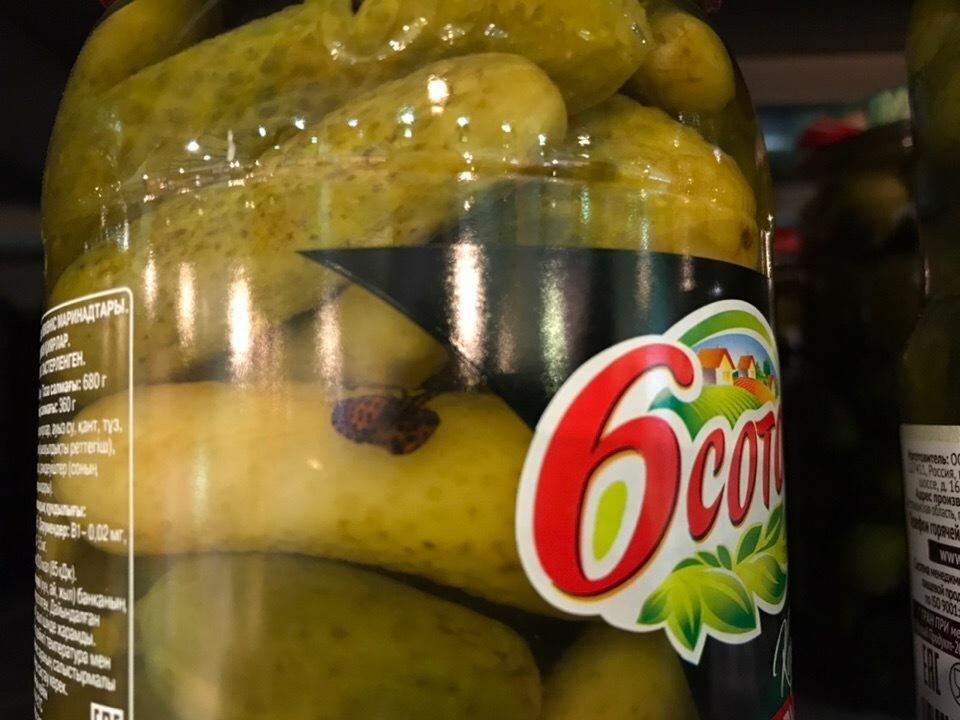 Камышане обнаружили в гипермаркете маринованные огурцы с жуком