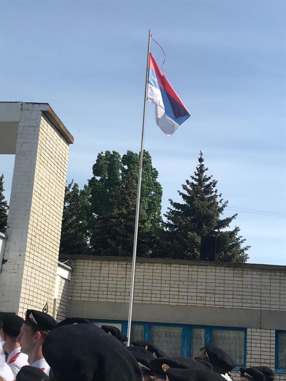 В Камышине в школе №12 на церемонии последнего звонка  вывесили российский флаг вверх ногами