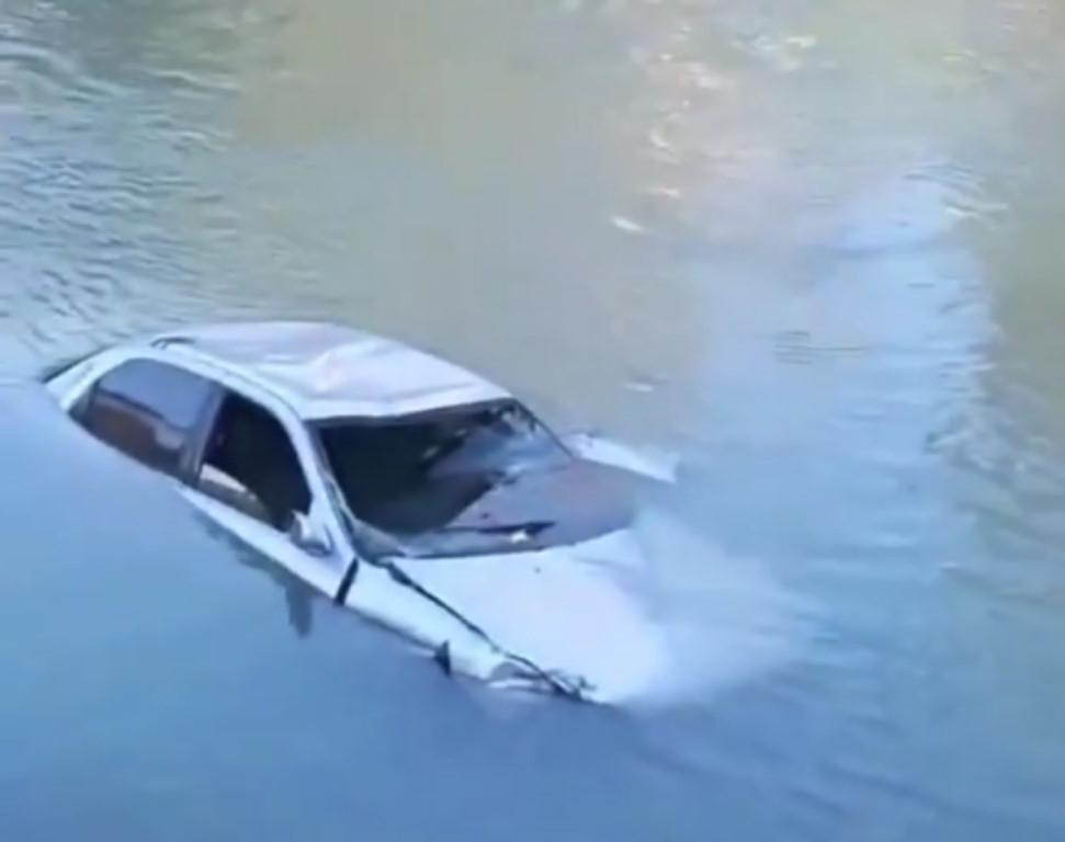 Из озера Денежное подняли Land Rover с трупом