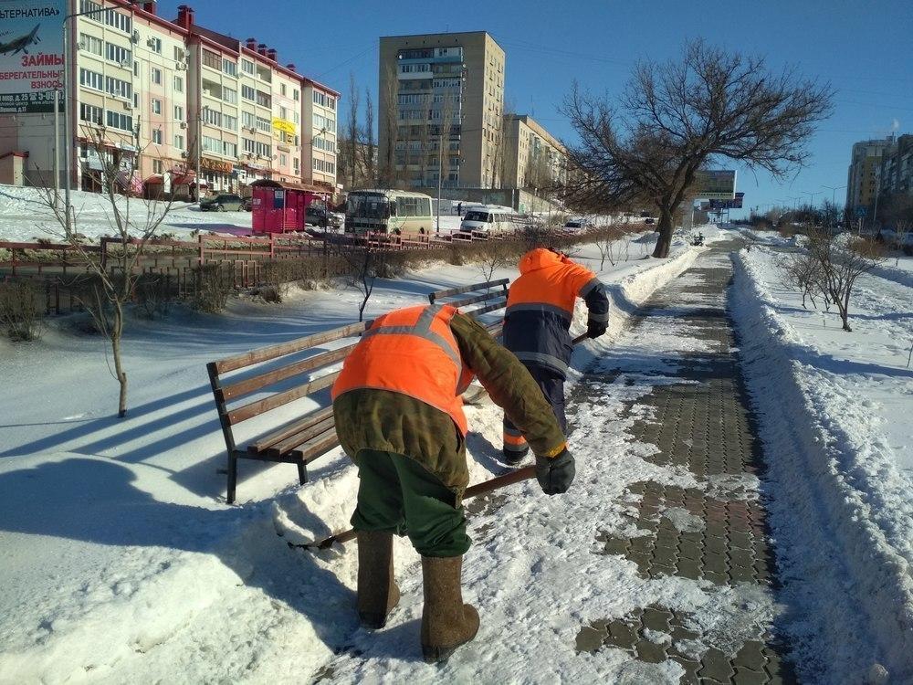 В Камышине «оранжевые жилеты» расчистили от снега бульвар Маресьева и Сиреневый бульвар