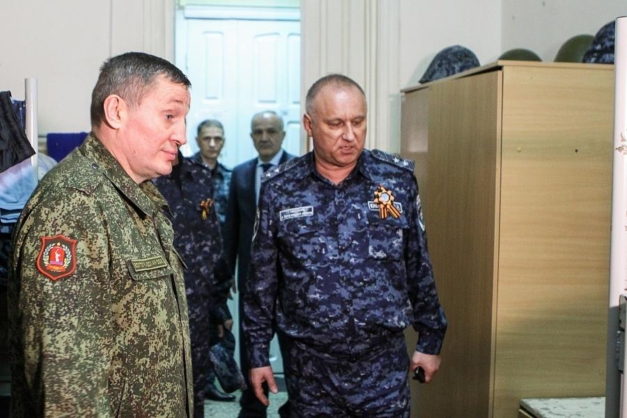 Губернатор Андрей Бочаров и начальник главка МВД Александр Кравченко нанесли визит полицейским региона, несущим непростую службу в Дагестане