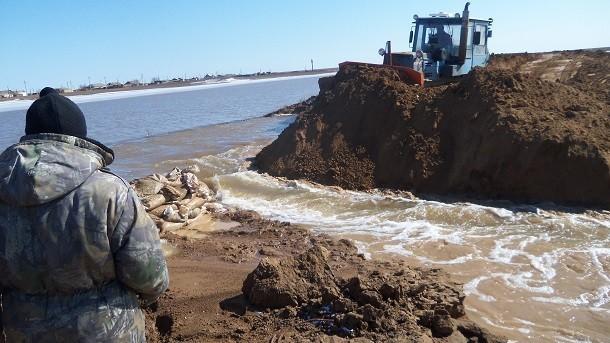 В Камышинском районе дорожники заделали промоину в асфальтовом покрытии, по которой несся грязный поток между  Чухонастовкой и Антиповкой