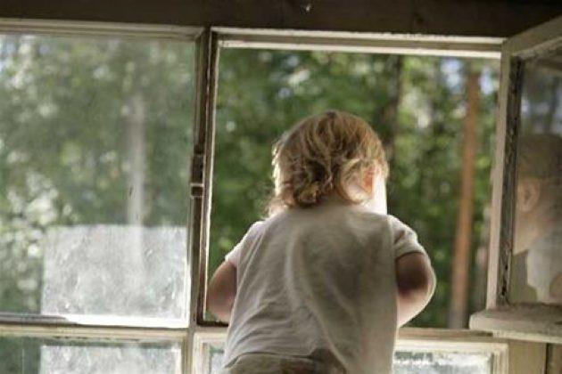В Камышине малыш выпал из окна пятого этажа и чудом выжил