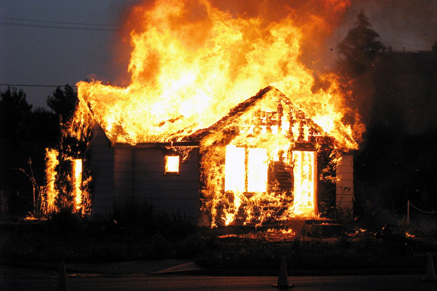 В Камышине сгорел двухэтажный частный дом