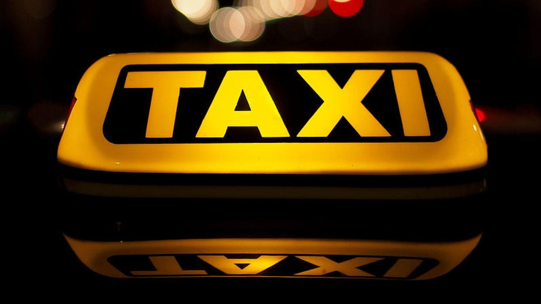 Клиент таксиста попросился сходить за деньгами для оплаты поездки, а  вышел из дома с ножом...