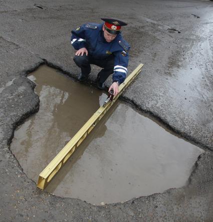 За огромную яму на трассе Камышин - Волгоград директор ДСУ из Ростова по суду заплатит 20 тысяч рублей