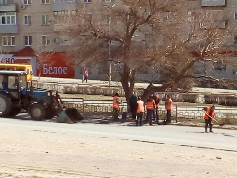 В Камышине дорожники начали «выдувать» прямоугольники для асфальтовых латок на улице Некрасова