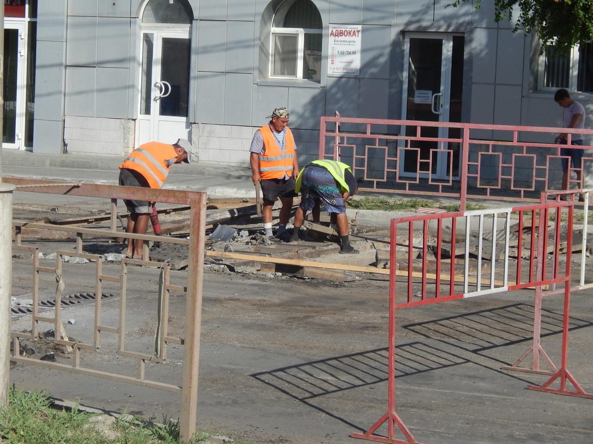 Дорожники Камышина продолжают ремонт улицы Пролетарской