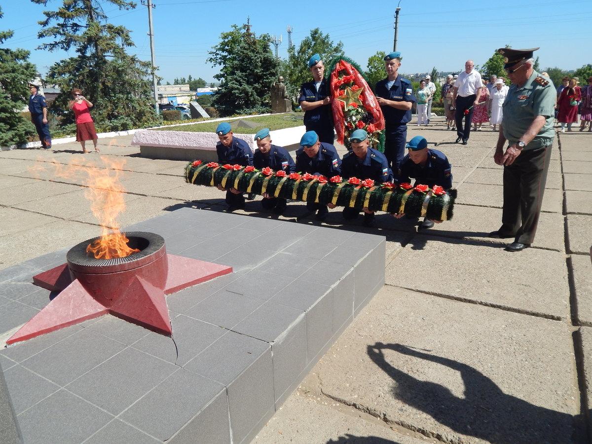 В Камышине прошло траурное возложение цветов к мемориалам и военный марш в канун Дня памяти и скорби