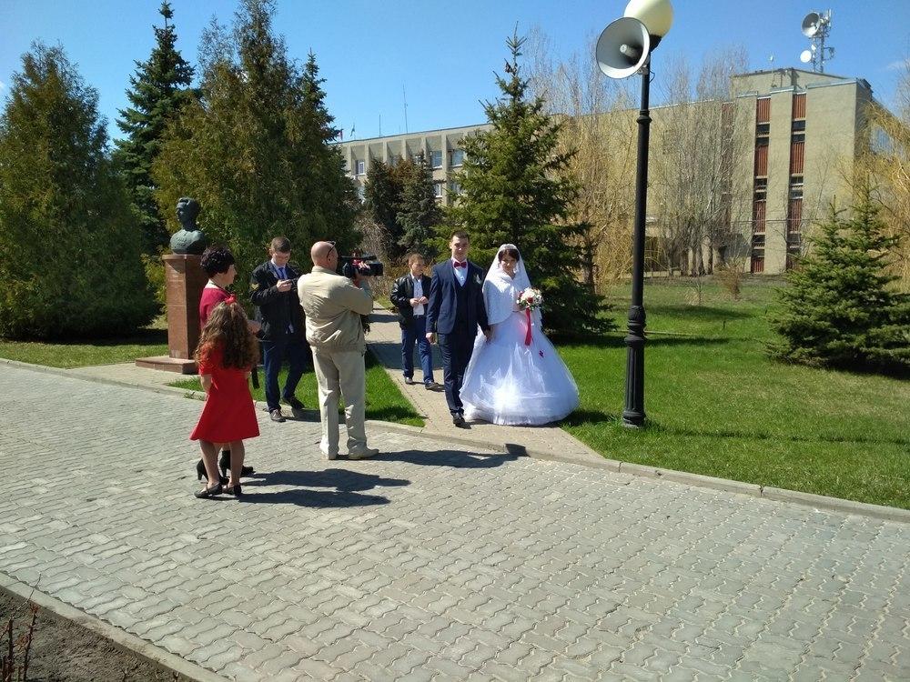 Молодожены Камышина, приезжая в Парк Победы, кладут цветы не только к памятнику погибшим, но и к бюстам героев